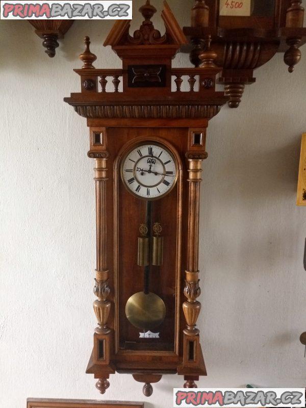 Starožitné závažové hodiny po kompletní odborné renovaci.
