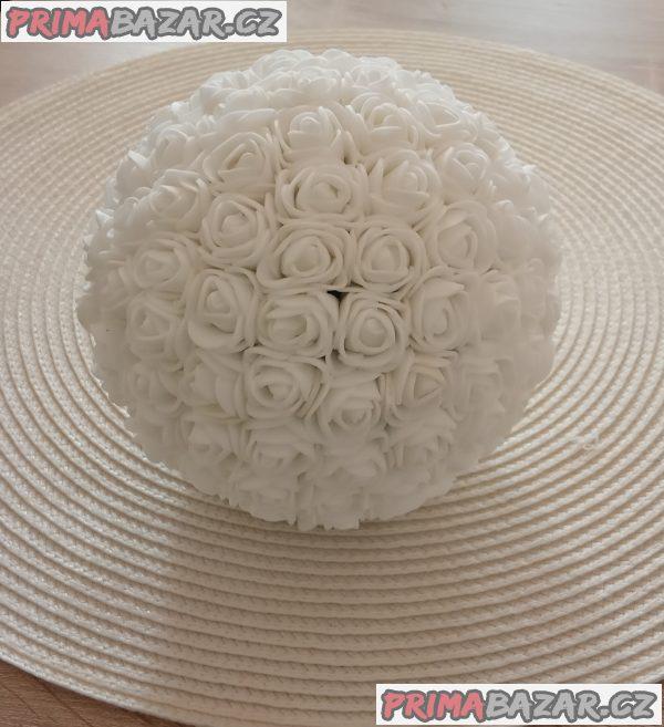 Dekorace z pěnových ružiček na přání