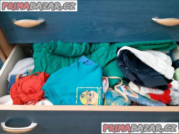 Hračky i oblečení