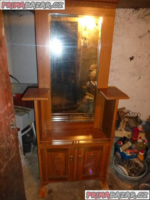 různý starožitný nábytek